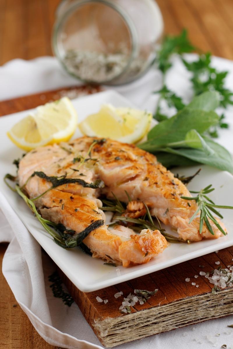 salmone arrosto alle erbe aromatiche